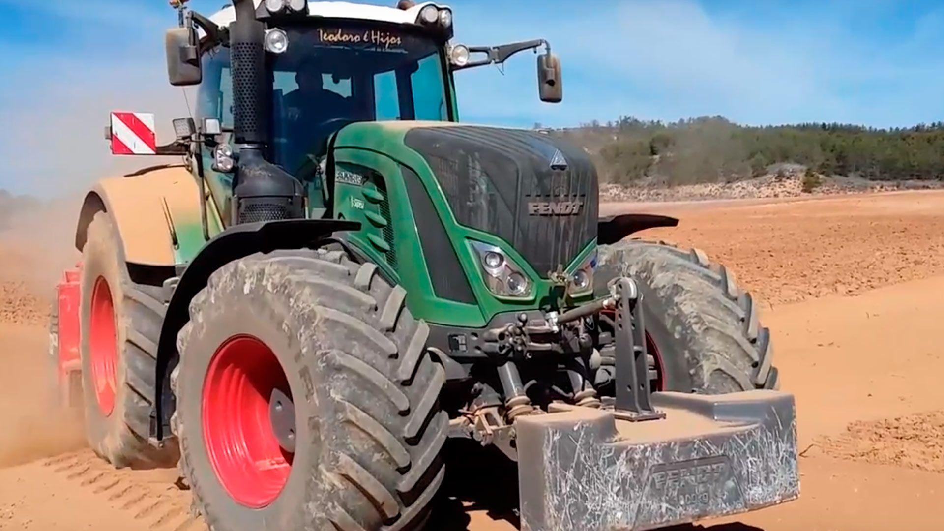 Trabajos con tractor en los viñedos de Bodegas Valduero, Ribera del Duero