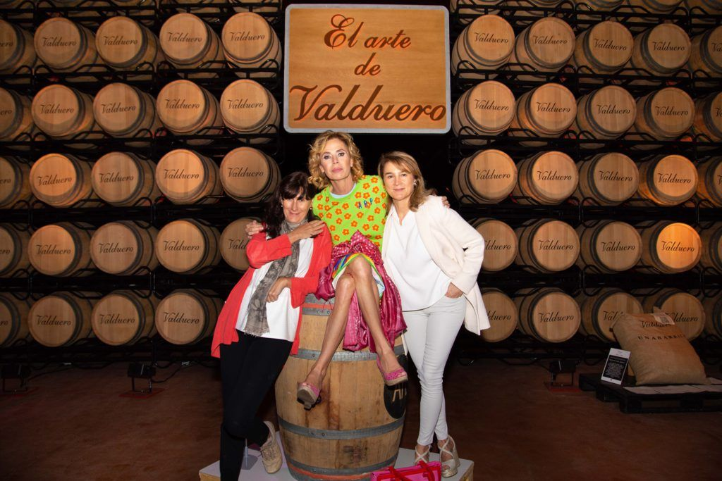 Ágatha Ruiz de la Prada en el museo de Bellas Artes de las Bodegas Valduero con las hermanas García Viadero