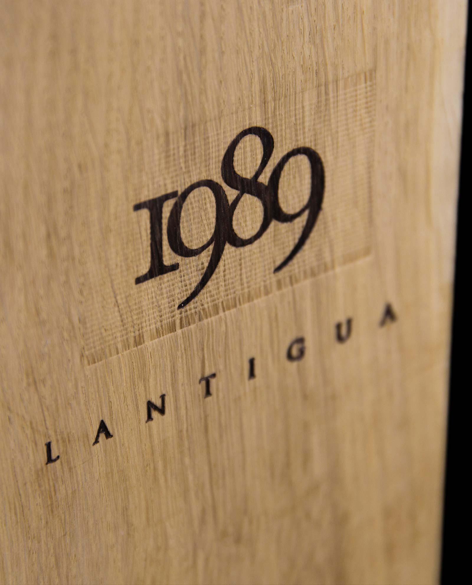 Detalle de la caja exclusiva de madera del vino Lantigua de Bodegas Valduero