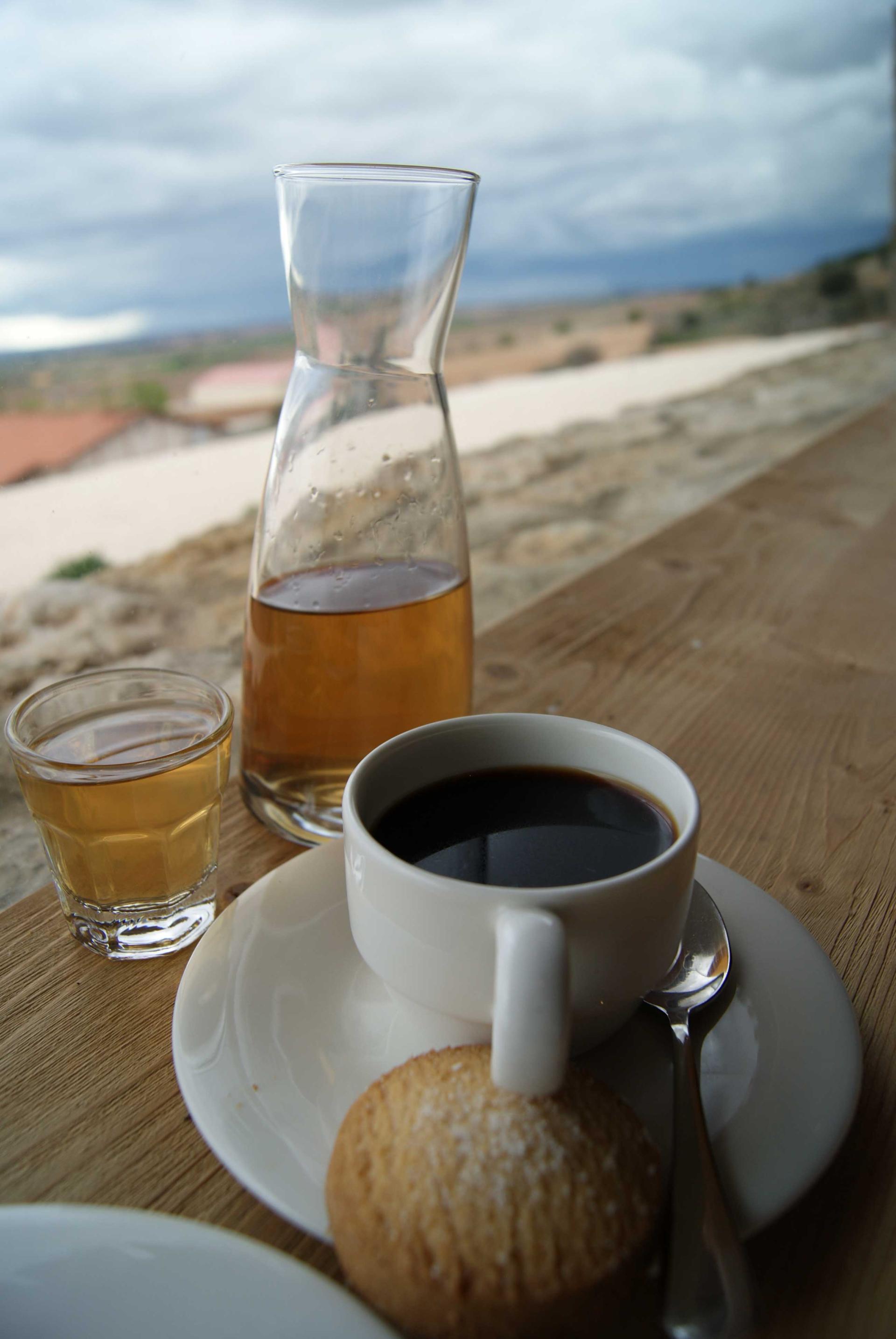 Café y vino en blanco en los viñedos de Bodegas Valduero