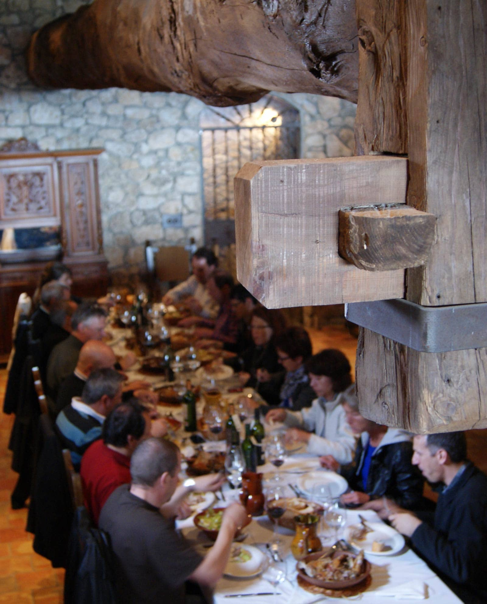 Gente comiendo lechazo de las Bodegas Valduero en la Ribera del Duero