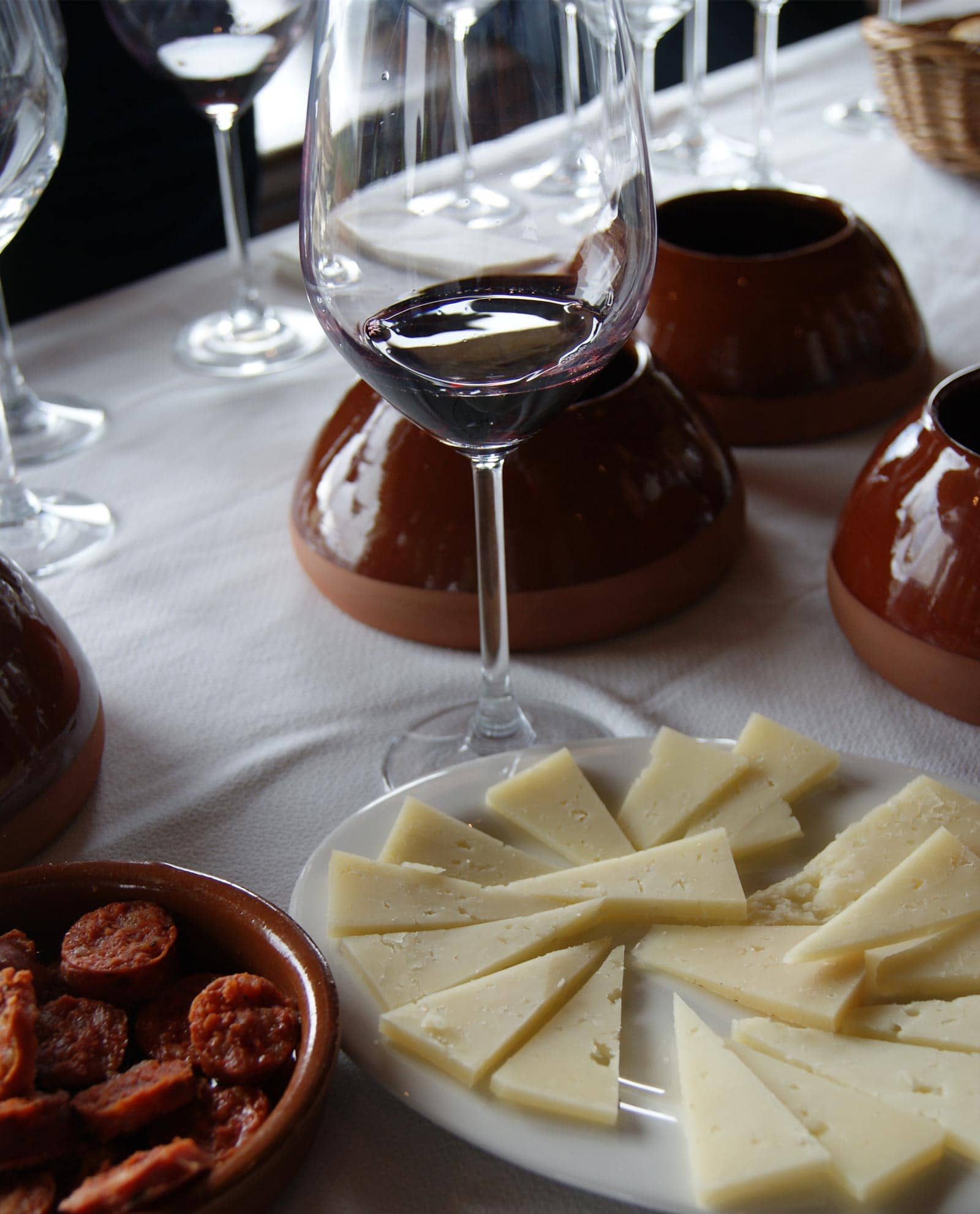 Cata de vino con quesos y embutidos castellanos en Bodegas Valduero