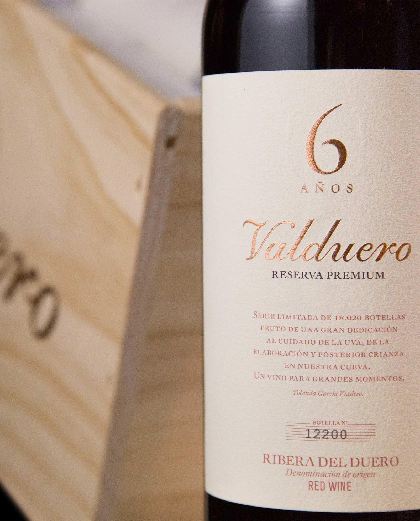 Detalle de la etiqueta Valduero 6 años en fondo de caja de madera, regalo vino gourmet