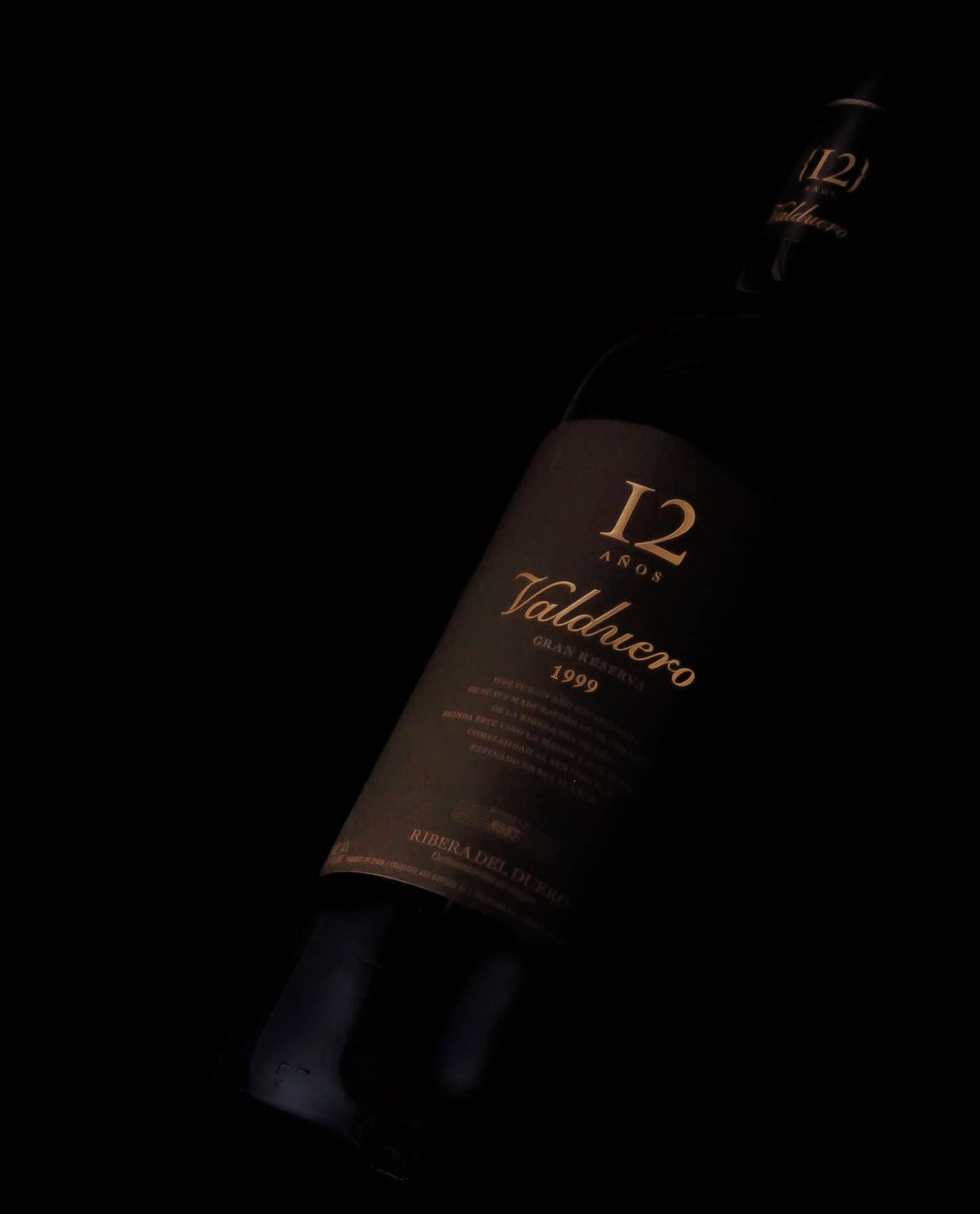 Detalle de Botella de vino Valduero 12 años, vino de lujo de la Ribera del Duero